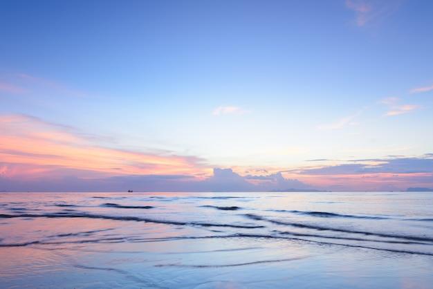 Por do sol tropical colorido dramático do mar e fundo da nuvem Foto Premium