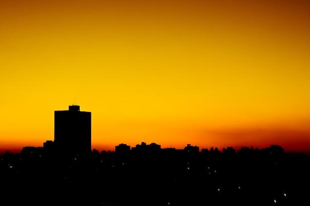 Por do sol urbano degrada na cidade Foto Premium