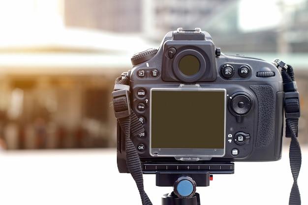 Por trás da câmera digital com tripé na rua Foto Premium