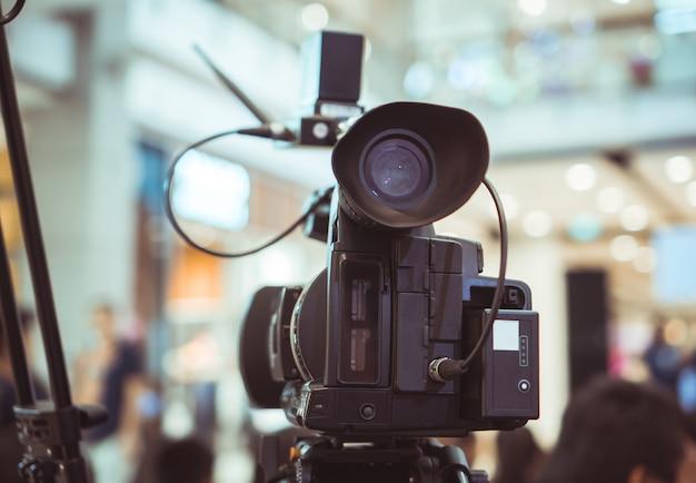 Por trás da filmagem de gravação de filme de câmera de vídeo de inauguração na sala de conferências live streaming microfone Foto Premium