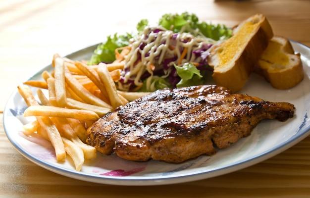 Porção de bife grelhado jantar refeição Foto gratuita