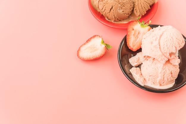 Porção de sorvete de morango gostoso Foto gratuita