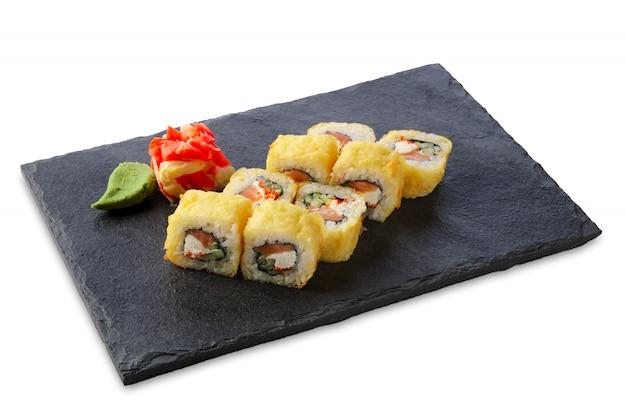 Porção de tempura maki isolado no branco Foto Premium