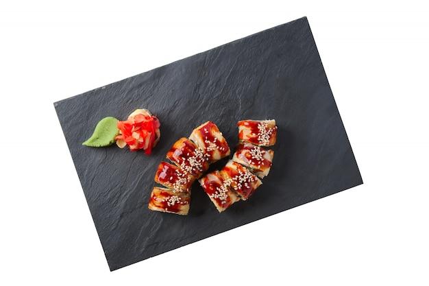 Porção de unagi roll com enfeite isolado no branco Foto Premium
