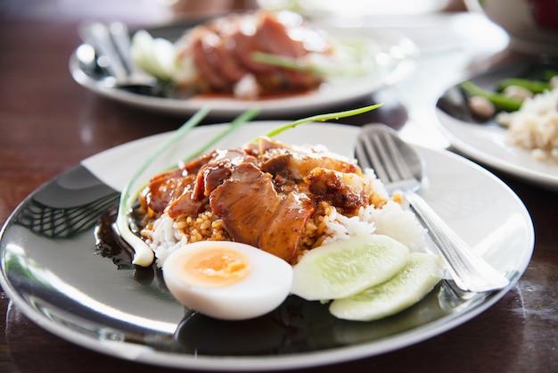 Porco e arroz vermelhos - receita famosa comida tailandesa Foto gratuita