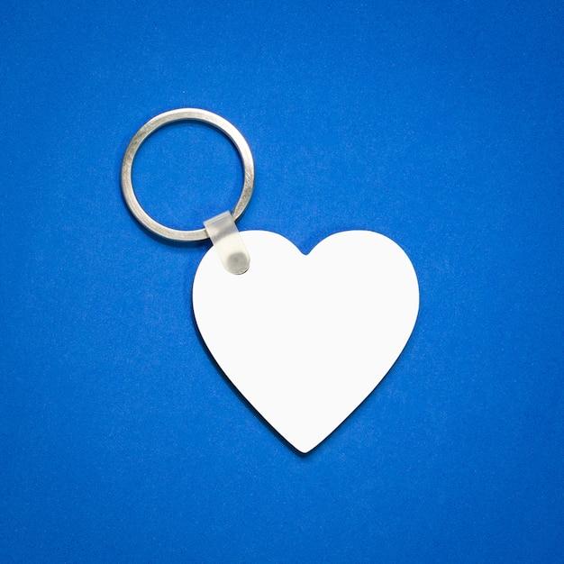 Porta-chaves branco sobre fundo azul. Foto Premium
