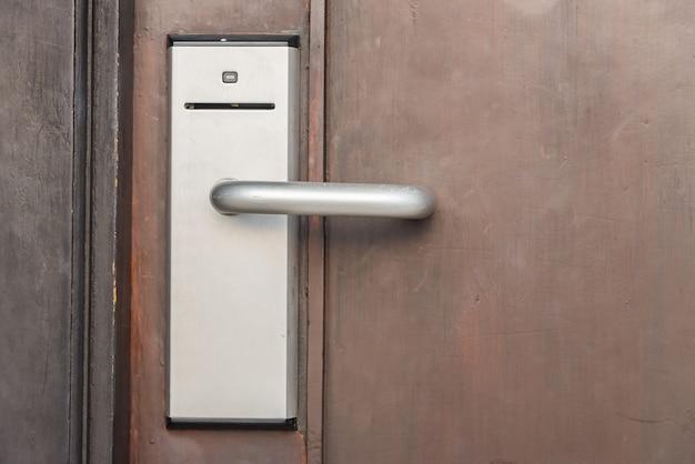 Porta com sistema de acesso Foto gratuita
