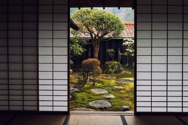 Porta da casa japonesa e belo jardim Foto Premium