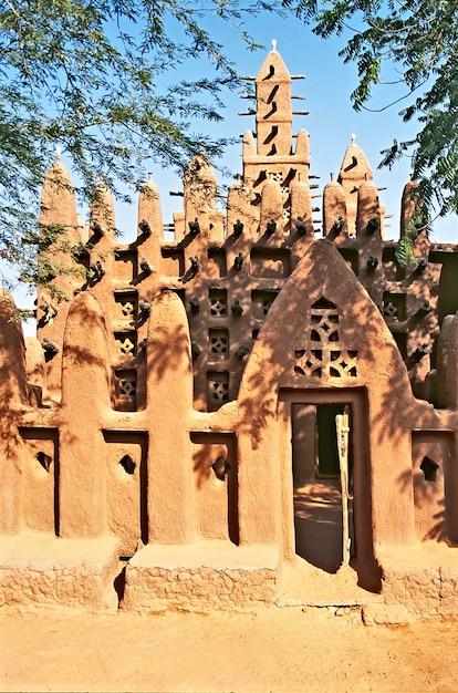 Porta da mesquita nas falésias de bandiagara no país dogon Foto Premium
