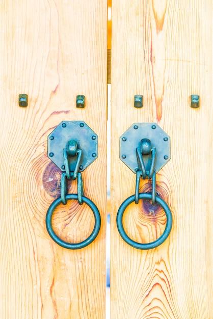 Porta de alça de metal antiga Foto gratuita