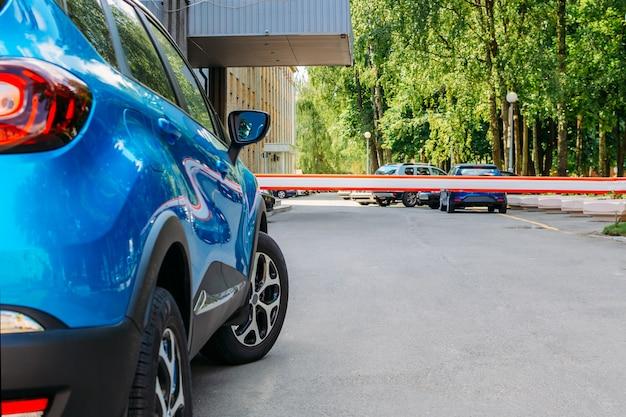 Porta de barreira de segurança do veículo no estacionamento Foto Premium