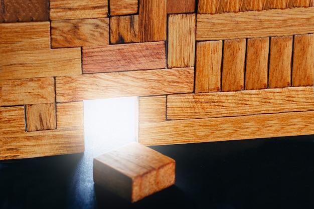 Porta de incandescência na construção de blocos de madeira diferentes. Foto Premium