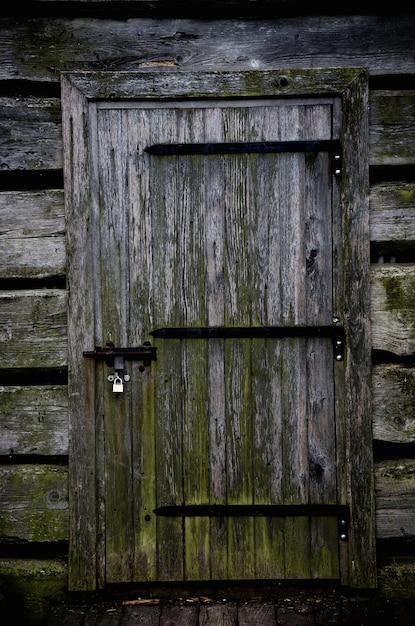 Porta de madeira de uma casa abandonada sombria Foto Premium