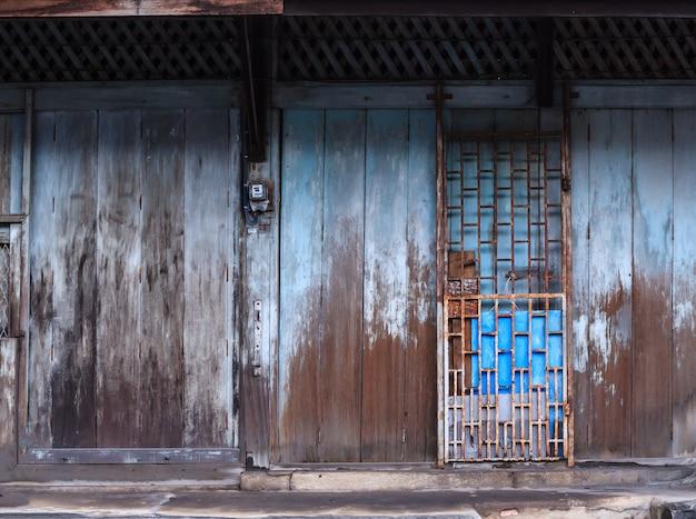 Porta de madeira retro vintage e bloqueio de slide Foto Premium