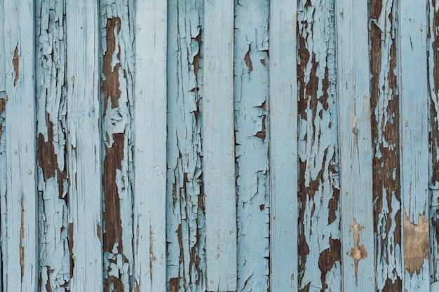 Porta de madeira velha com casca e pintura branca e azul rachada. Foto Premium