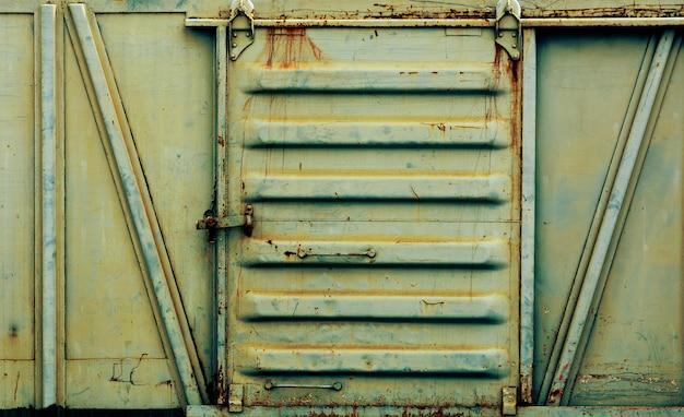 Porta de metal do velho e enferrujado trem bogie Foto Premium