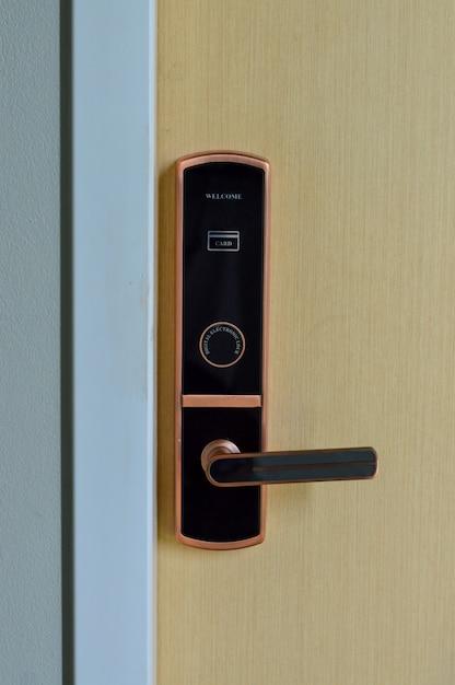 Porta eletrônica digital usando cartão-chave. fechadura digital instalada na porta de madeira para segurança e acesso à sala Foto Premium