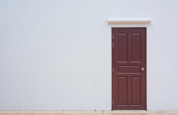 Porta fechada com parede branca com espaço Foto Premium