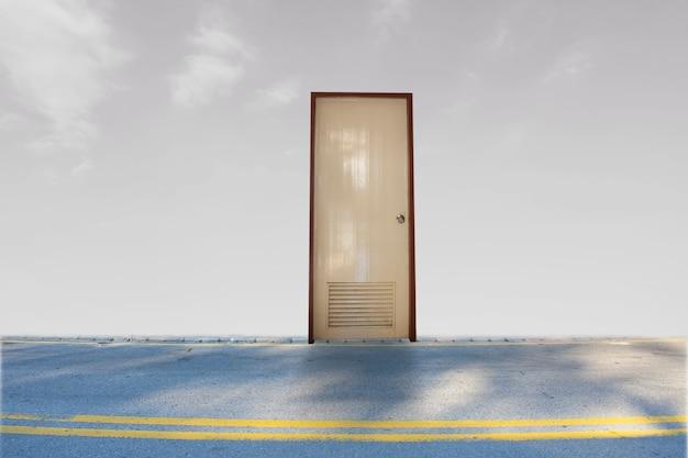 Porta fechada na rua no céu com fundo nublado para aguardar liberdade de sucesso aberto Foto Premium