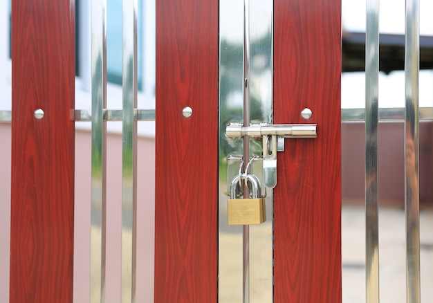 Porta moderna com alça e fechadura com chave Foto Premium