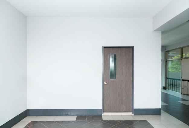 Porta na parede vazia Foto Premium