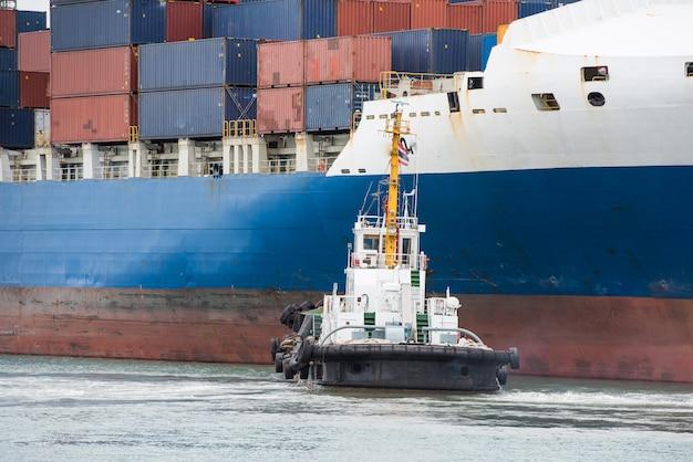 Porta terminal do navio de carga do recipiente no porto e no terminal. Foto Premium