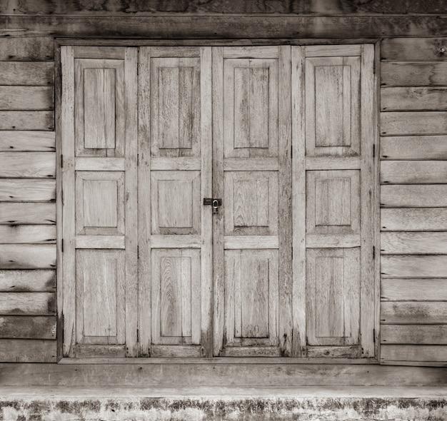 Porta velha da casa de madeira com trava Foto Premium