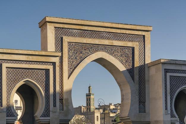 Portão bab bou jeloud localizado em fes, marrocos Foto Premium