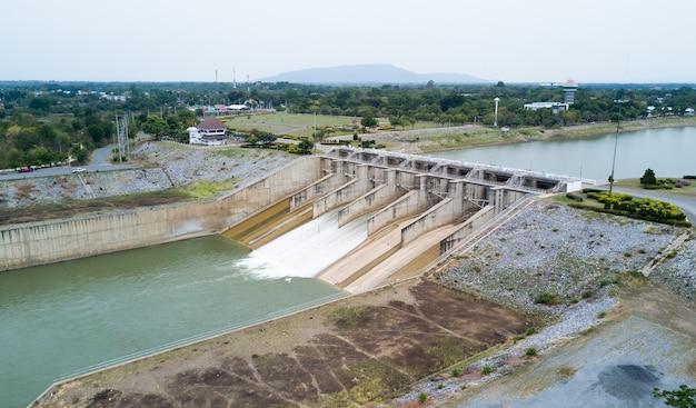Portão da represa do projeto barragem pa sak cholasit Foto Premium