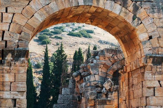 Portão de frontin para a sagrada cidade romana antiga de hierapolis. Foto Premium