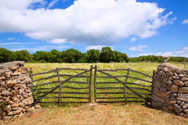 Portão de madeira tradicional de menorca na primavera em baleares Foto Premium