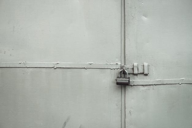 Portão de metal áspero em close-up de bloqueio. Foto Premium
