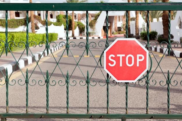 Portão fechado com um sinal vermelho na entrada do hotel Foto Premium