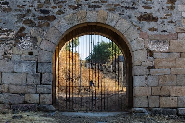 Portão nas muralhas medievais de granadilla. Foto Premium