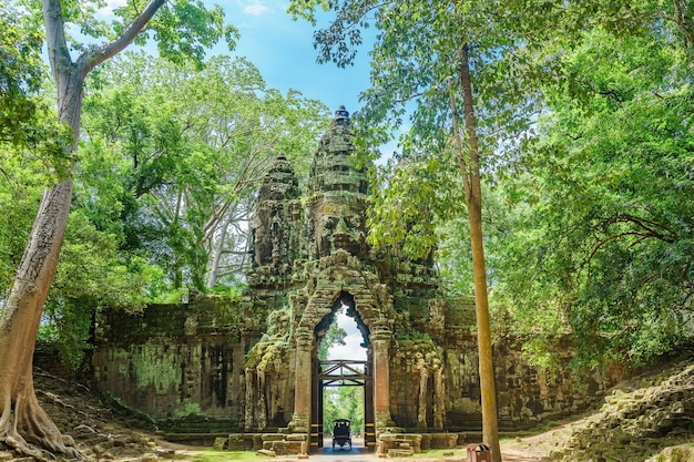 Portão norte do complexo de angkor thom perto de siem reap camboja sudeste asiático Foto Premium