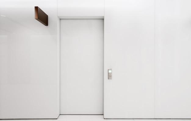 Portas automáticas brancas estão dentro de casa Foto Premium