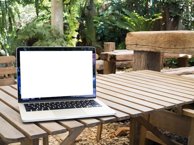 Portátil da tela vazia na tabela de madeira. Foto Premium