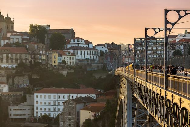 Porto com dom luis ponte durante o pôr do sol, portugal Foto Premium