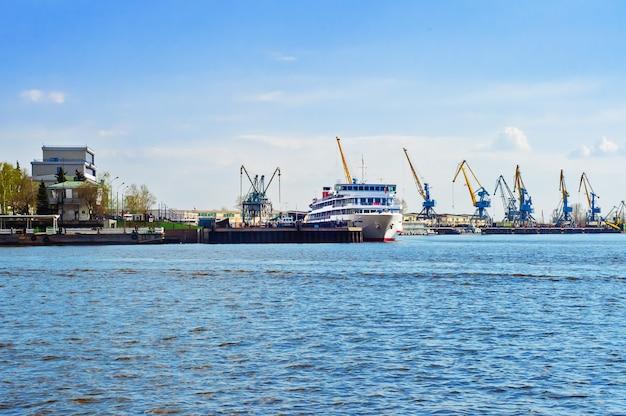 Porto com navio e guindastes Foto Premium