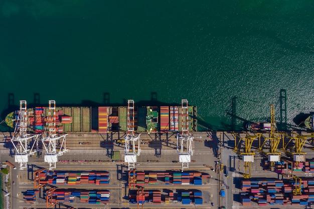 Porto de embarque e embarque e desembarque de contêineres de importação e exportação internacional mar aberto Foto Premium