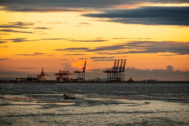 Porto de laem chabang da tailândia ao pôr do sol Foto Premium
