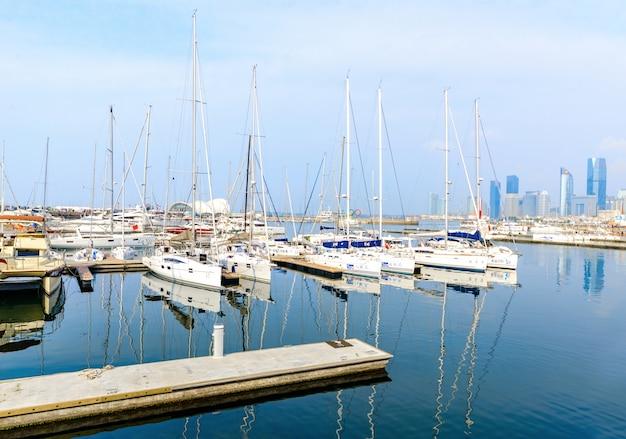 Porto de qingdao linda vista do horizonte e vela Foto Premium