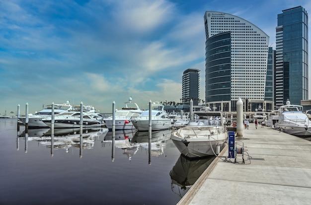 Porto em dubai sob um céu azul claro Foto gratuita