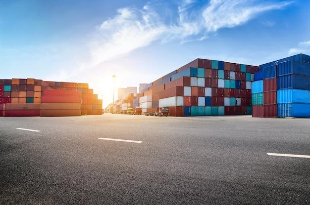 Porto industrial e pátio de contêineres Foto gratuita