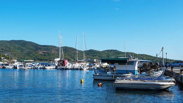 Porto marítimo do egeu com vários iates e barcos atracados, tempo bom em neos marmaras, grécia Foto gratuita