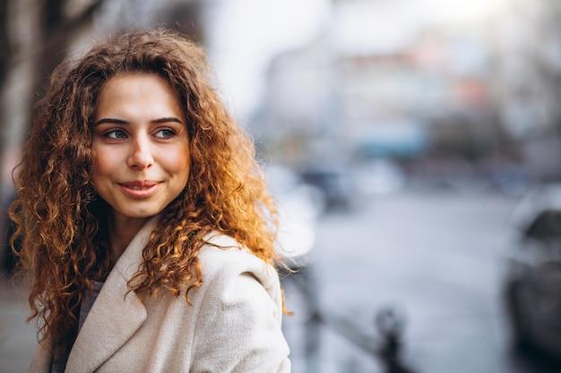 Portrair de uma mulher bonita com cabelos cacheados Foto gratuita