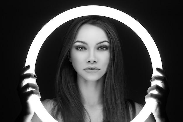 Portret da jovem mulher extraterrestre Foto gratuita