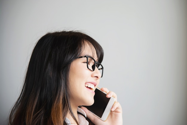 Portriat asiático bonito da jovem senhora - conceito feliz do estilo de vida da mulher Foto gratuita