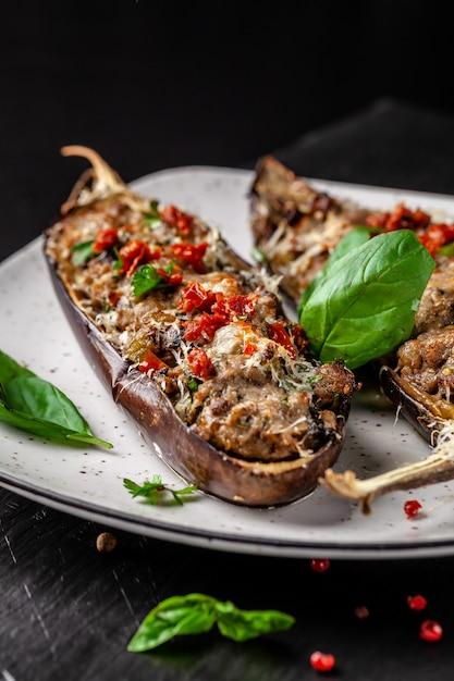 Português berinjela assada com cogumelos. Foto Premium