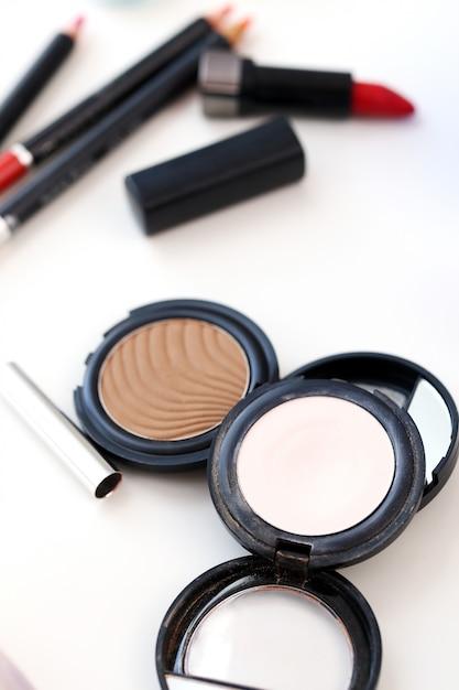 Pós cosméticos coloridos Foto gratuita